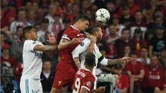 Lovren y Ramos pelean por un balón en la final de la Champions. (AFP)