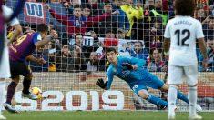 Luis Suárez lanza un penalti en el último Clásico. (EFE)
