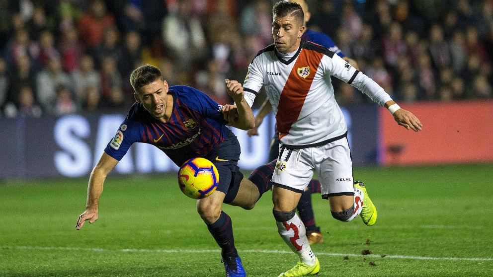 Embarba y Lenglet disputan un balón durante el Rayo Vallecano – Barcelona. (EFE)