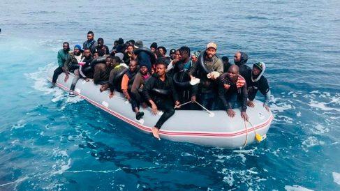 Un grupo de inmigrantes ilegales navegan en aguas del Estrecho de Gibraltar. Foto: Salvamento Marítimo