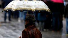 Una mujer se resguarda de la lluvia con un paraguas. Foto: Europa Press