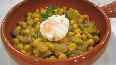 Receta de garbanzos con alcachofas y huevo