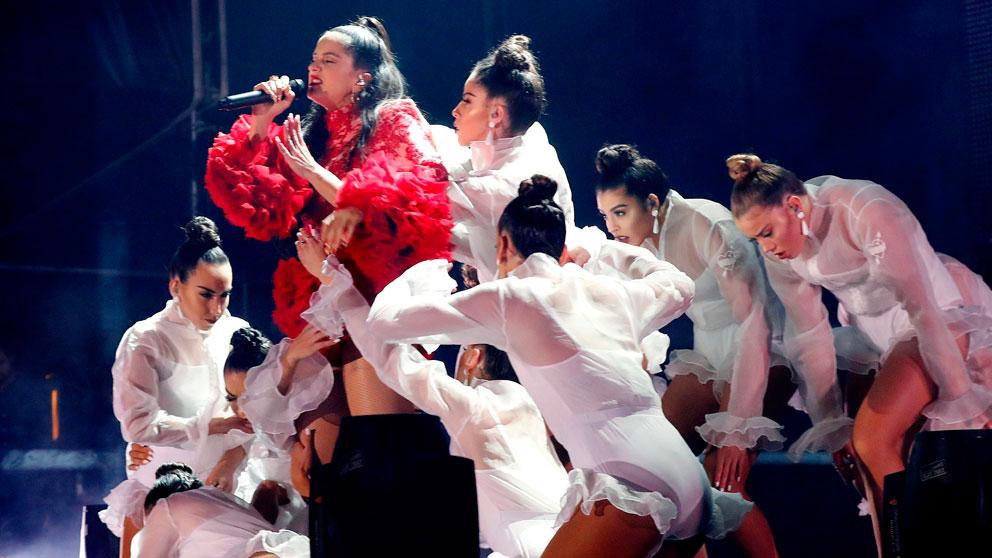 La artista catalana Rosalía durante la presentación de su disco 'El Mal Querer' en un concierto en la Plaza de Colón de Madrid. Foto: EFE