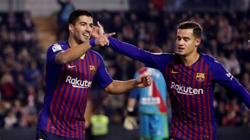 Suárez y Coutinho celebran uno de los goles del uruguayo. (EFE)