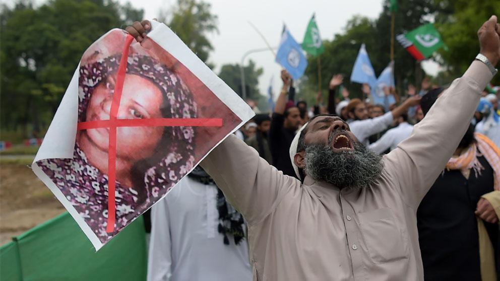 Un ciudadano paquistaní porta una pancarta contra la cristiana Asia Bibi absuelta del delito de blasfemia en Pakistán. Foto: AFP