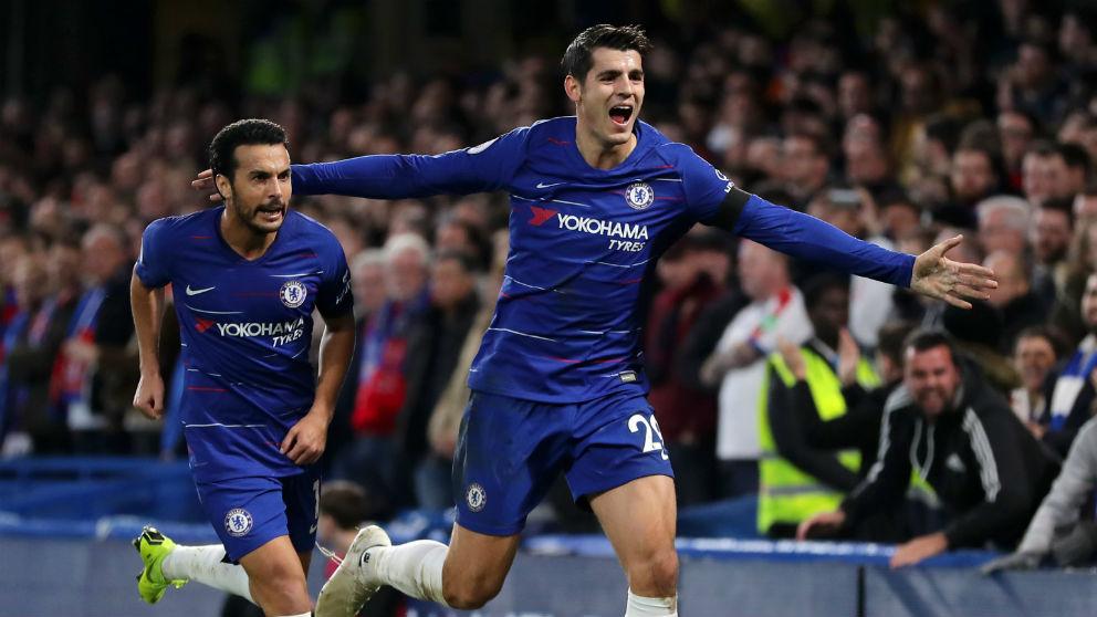 Morata y Pedro celebran uno de los goles del madrileño ante el Crystal Palace. (Getty)
