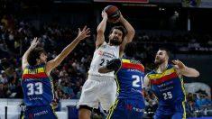 Sergio Llull rodeado de jugadores del Morabanc Andorra. (realmadrid.com)