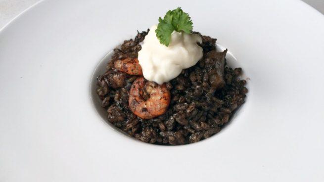 arroz negro con gambas y alioli