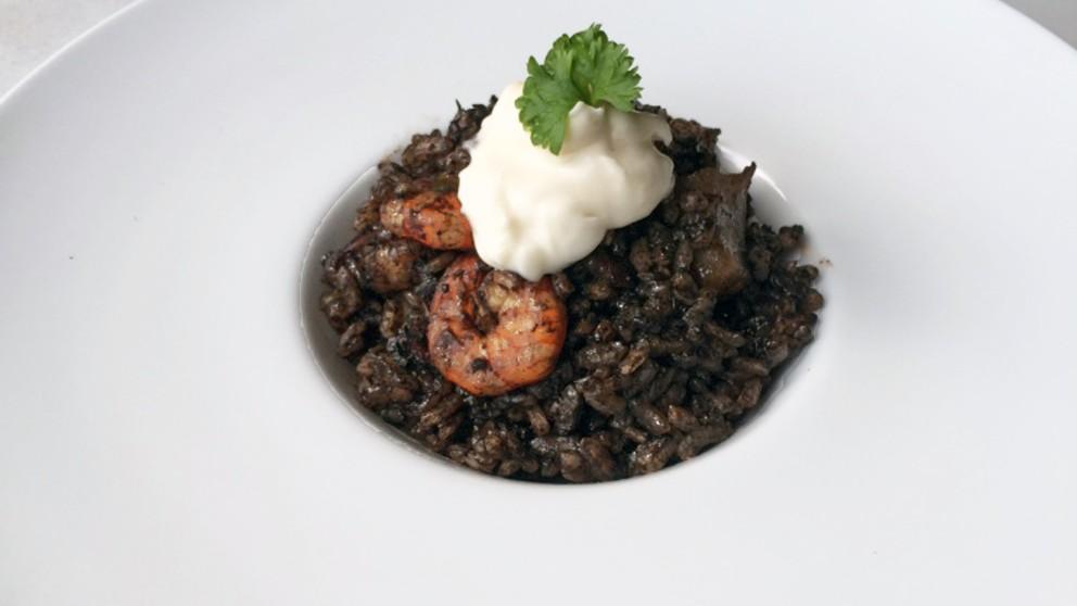 Receta de arroz negro con gambas y alioli
