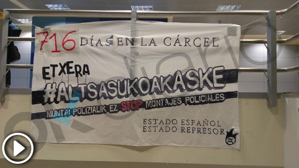 Una pancarta en apoyo a los agresores de Alsasua en la Facultad de Ciencias de la Universidad Autónoma de Madrid (Vídeo: Juanma Yela)