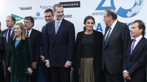 Los Reyes departen con Mauricio Casals, presidente de La Razón. Foto: EFE