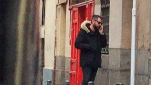 Dani Mateo en la puerta de su casa en el barrio de Malasaña de Madrid.