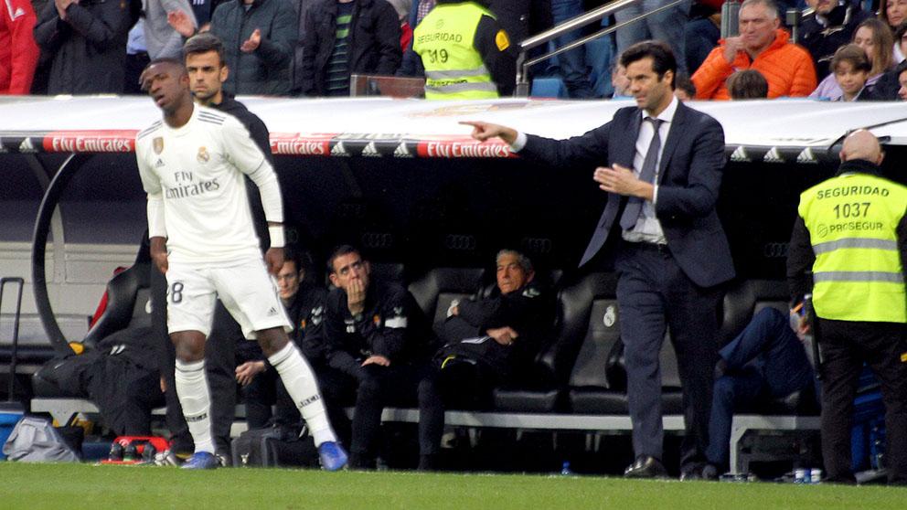 Vinicius recibe órdenes de Solari durante el Real Madrid-Valladolid. (Enrique Falcón)