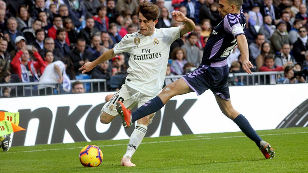 Odriozola golpea el balón durante el Real Madrid-Valladolid. (Enrique Falcón)