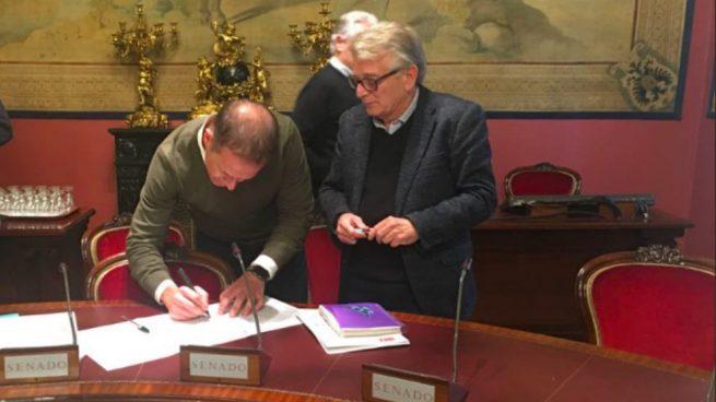 Ander Gil firmando la ILP de Jusapol el pasado enero en el Senado. (Foto: @jusapol)
