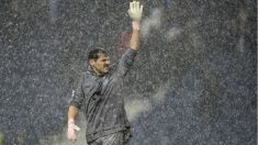 Iker Casillas, en medio de la lluvia en Portugal. (AFP)