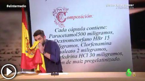 Dani Mateo se suena los mocos con la bandera de España