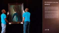 Operarios del museo colocan la 'Mona Lisa' africana en Nigeria. Foto: Agencias