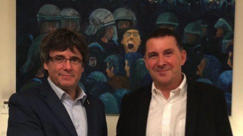 Arnaldo Otegi visitando al fugado ex president Carles Puigdemont en Waterloo (Foto: JuntsXCat).