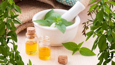 El perfume de aceites esenciales resulta muy interesante, especialmente si lo haces en casa