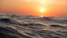 Rescatado con vida un bebé que flotaba en el mar
