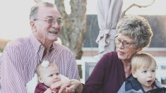 Ser abuelo y cuidar de los nietos te puede hacer vivir más años