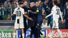 Dybala intenta calmar los gestos de José Mourinho tras el Juventus-Manchester United del curso pasado. (Getty)