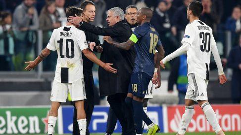 Dybala intenta calmar los gestos de José Mourinho tras el Juventus-Manchester United. (Getty)