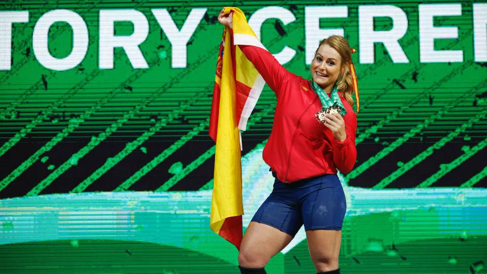 Lydia Valentín posa con sus medallas de campeona del mundo. (Federación Española de Halterofilia)