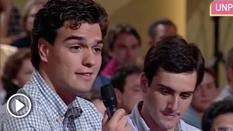 Pedro Sánchez en 1997, con tan sólo 25 años, en el programa «Moros y Cristianos» que presentaba Javier Sardá.