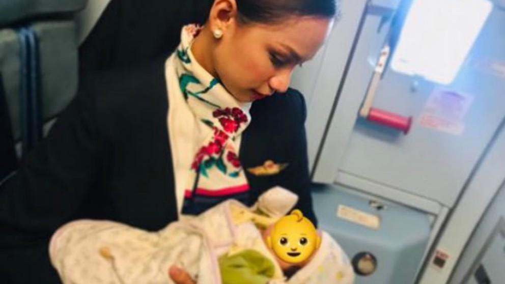 Azafata da el pecho a un bebé hambriento en pleno vuelo