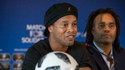 Ronaldinho, en un evento reciente junto a Karembeu. (Getty)