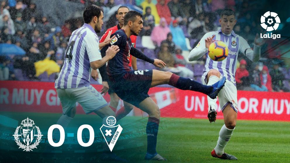 Jordán pelea por un balón con dos defensores del Valladolid. (EFE)