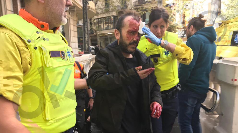 Un hombre agredido por los CDR por portar una bandera de España.