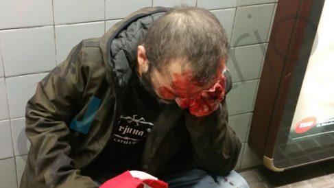 Un hombre arrojado por las escaleras del metro de Barcelona por portar una bandera de España.