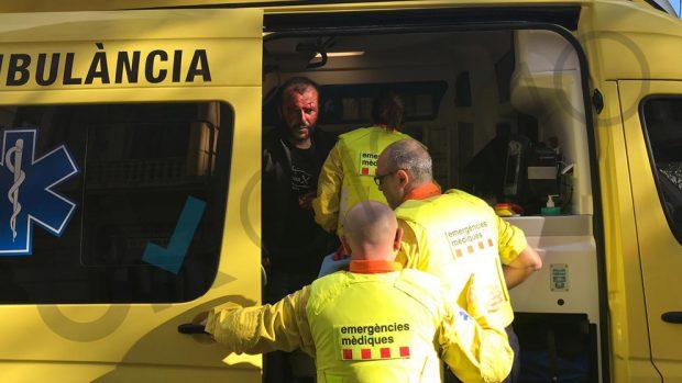 Un manifestante arrojado por las escaleras del Metro barcelonés por ir con una bandera española