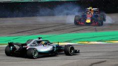 Lewis Hamilton aprovecha el accidente de Max Verstappen para adelantarle en el GP de Brasil. (Getty)