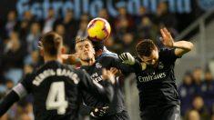 Nacho y Bale pelean un balón. (EFE)