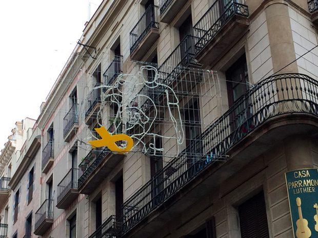 Colau politiza la Navidad: permite lazos golpistas en las luces decorativas de Barcelona