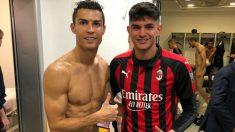 Cristiano Ronaldo y Raoul Bellanova posan con Chiellini desnudo al fondo.