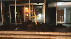El acceso a los juzgados de Figueras lleno de kilos de excrementos y una cruz amarilla