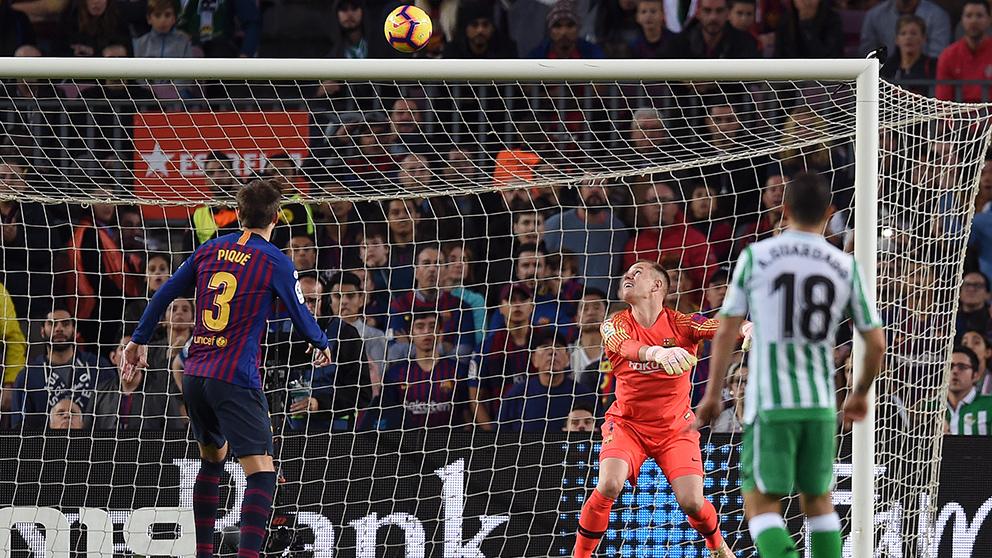 Instante antes de que el Betis haga uno de los cuatro goles que encajó ayer el Barcelona. (Getty)