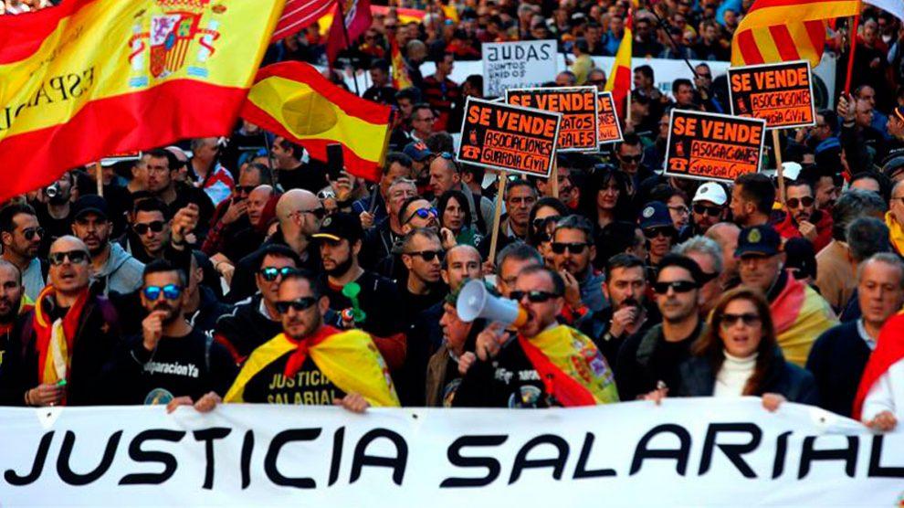 Un millar de personas se han manifestado en Barcelona convocadas por Jusapol para reivindicar la equiparación salarial y derechos socio laborales. Foto: EFE