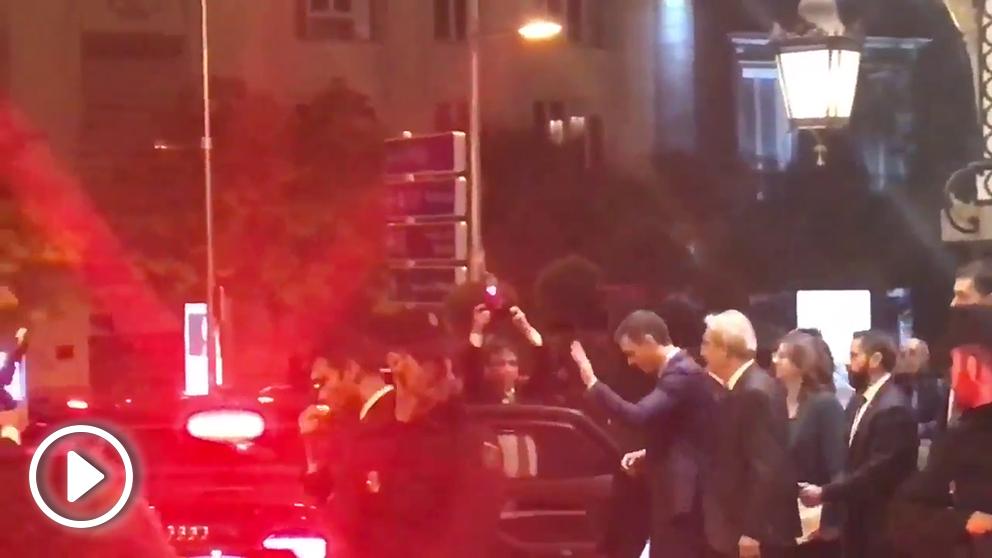 Sánchez pitado por miembros de Jusapol a la salida del Palace