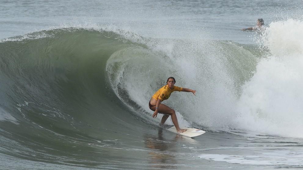 Una surfista, en competición. (Getty)