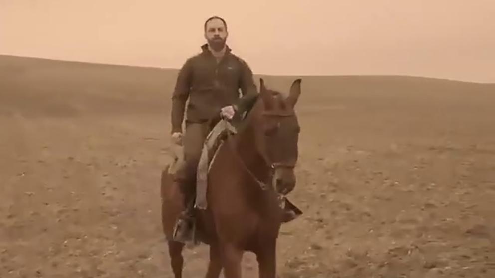 Santiago Abascal montando a caballo.