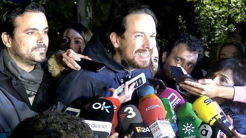 Pablo Iglesias y Alberto Garzón atienden a los medios durante la concentración ante el Supremo. (F: Enrique Falcón)
