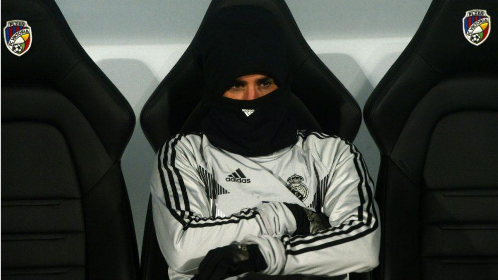 Isco, en el banquillo del Real Madrid. (AFP)