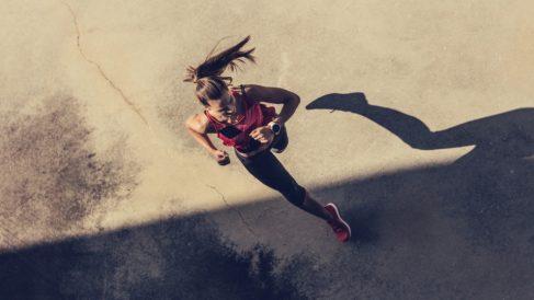 Las lesiones más comunes al correr son: la sobrecarga muscular, la conocida como rodilla del corredor, la fastitis plantar, la periostitis tibial y las fracturas de estrés.
