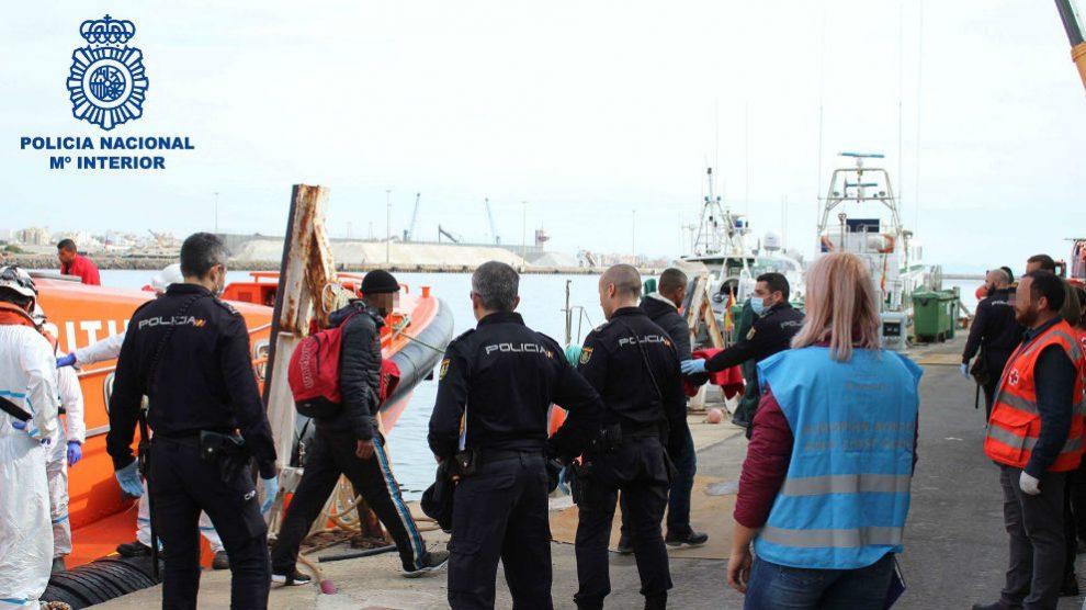 Patera que llega a las costas de Almería. Los patrones de la embarcación han sido detenidos
